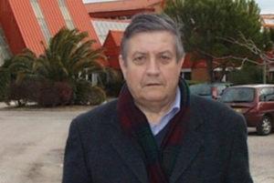 Llorenç Planes davant del liceu agrícol de Tesà rebatejat Federico García Lorca. Llorenç Planes davant del liceu de Tesà.